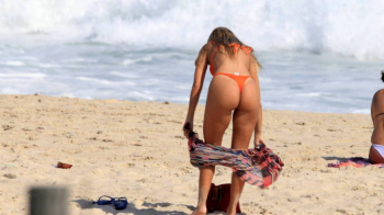 Carol Portaluppi arranca suspiros na praia