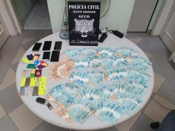 Os suspeitos, dois homens e duas mulheres, foram surpreendidos com dinheiro e cartões relacionados aos golpes    Foto: PJC-MT