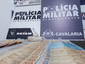 Na ação, os policiais apreenderam R $3 mil, uma barra de maconha e 135 porções de pasta base de cocaína.- Foto por: PMMT