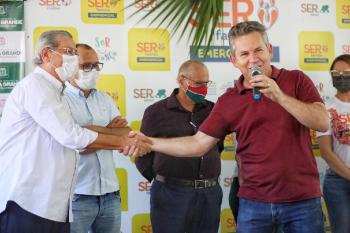 Governador Mauro Mendes entrega cartões do Ser Família Emergencial em Várzea Grande - Foto por: Christiano Antonucci