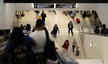 Os Estados Unidos proíbem a entrada de quase todos os cidadãos não norte-americanos que estiveram na China, no Reino Unido, na Irlanda, Índia, África do Sul, no Brasil, Irã e os 26 países de Schengen     Foto: Carlos Barria/Reuters