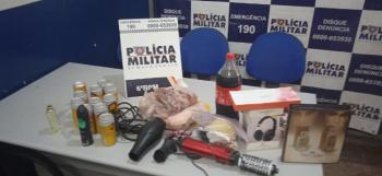om o suspeito, a polícia apreendeu alguns pertences da vítima como peças de carne, refrigerante, cerveja, eletrodomésticos dentre outros pertences. - Foto por: PMMT