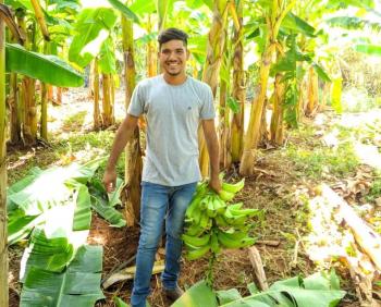 O agricultor Pedro, 17 anos, é responsável pela produção de banana na propriedade. - Foto por: Carlos Reis | Empaer
