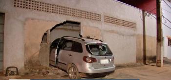 Motorista embriagada bate carro em muro de casa em Cuiabá e é detida por moradores