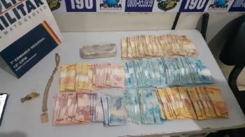 Casal é preso em barreira policial com R$ 40 mil e barra de cocaína no carro