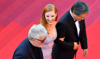 Pedro Almodóvar, Jessica Chastain e o diretor Park Chan-wook vão à exibição de Okja, filme da Netflix. (LOIC VENANCE AFP)