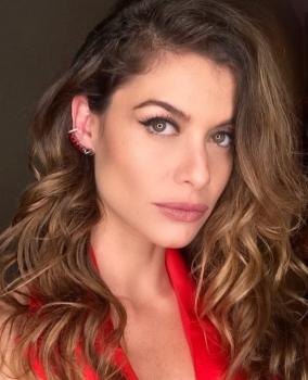 Alinne Moraes usa joia Andrea Conti em festa de nova novela