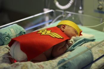Bebês da UTI neonatal de hospital em Porto Alegre viram super-heróis para comemorar o Dia das Crianças