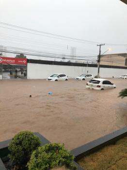 Chuva intensa alaga  a capital e causa transtornos