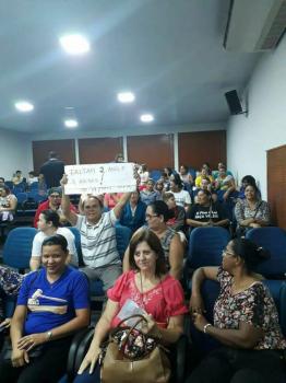 Irmão de ex-prefeito esquece o desastre administrativo do parente e ostenta cartaz em manifestação de professores