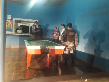 PM apreende drogas, detém menor e prende homem com mandado de prisão em aberto durante operação em Nobres