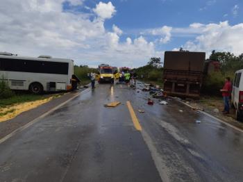 Duas pessoas morrem em acidente entre ônibus e carreta  em Diamantino