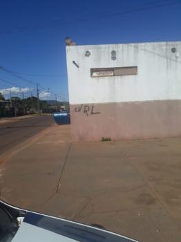 Polícia prende homem ao pichar parede com referência a facção criminosa
