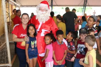 Papai Noel faz alegria de crianças nos Distritos de Bom Jardim e Roda D'`Agua