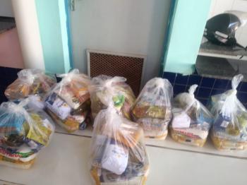 Prefeitura entrega cestas básicas para alunos da Rede Municipal de Educação; veja fotos