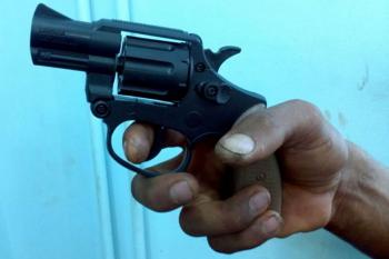 Proprietário chega em casa e flagra ladrões dentro da residência no Santa Clara