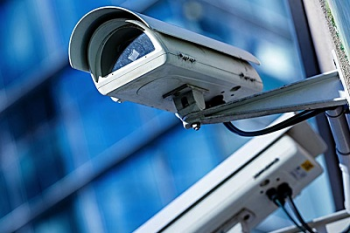 Circuito de câmeras flagam homens  roubando cabos de fios em Nobres