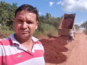 Prof. Eliés tem indicação atendida no  patrolamento e cascalhamento da  estrada  setor  Xurupita