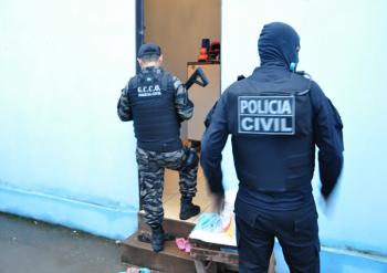 Mulher  é presa vendendo drogas com  filhos em Rosário Oeste