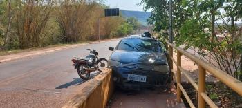 Motorista bate carro  na cabeceira  da ponte do Rio Nobres
