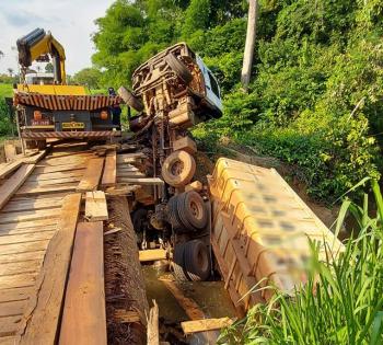 Carregada com pedras carreta cai em rio após quebrar estrutura de ponte