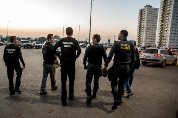 Policiais civis e militares prendem oito pessoas e retiram sete armas de fogo de circulação
