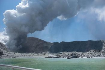 Vulcão em ilha turística na Nova Zelândia entra em erupção e deixa mortos