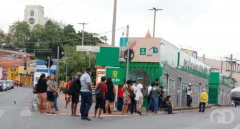 Pontos de ônibus estão lotados em várias regiões de Cuiabá
