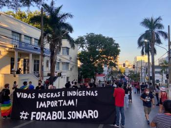 Mais de 300 pessoas se reúnem em ato pedindo a saída do presidente Jair Bolsonaro em Cuiabá