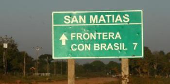 Brasileiros atravessam a fronteira em busca de vacina na Bolívia