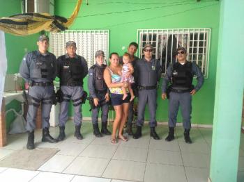 Policiais militares salvam criança de afogamento e mãe celebra renascimento da filha