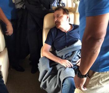 Terrorista Cesare Batistti dentro do avião que o levou de volta para a Itália, no domingo, para iniciar a sua condenação