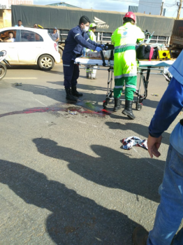 Câmeras flagram carreta atropelando pai e filha em moto em rodovia.