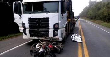 Motociclista e garupa morrem após baterem de frente com caminhão