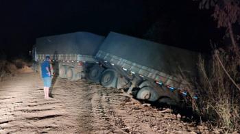 Vagão de carreta sai da pista e rodovia é interditada em Sorriso