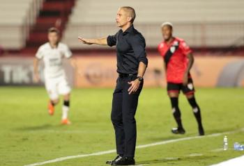 """Sylvinho lamenta eliminação do Corinthians e diz: """"Não há tempo"""""""