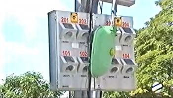 Caminhão derruba fiação e moradores ficam sem energia.