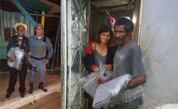 PM entrega cobertores a cidadãos em situação de risco em Várzea Grande