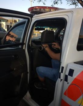 Homem é encaminhado para delegacia após derrubar produtos de vitrines e causar transtornos a lojistas