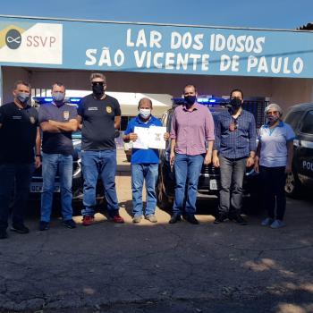 Lar dos idosos recebe leite e produtos de higiene arrecadados pela Polícia Civil