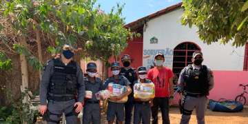 Policia Militar entrega cestas básicas arrecadadas da Live do Bem em Nobres