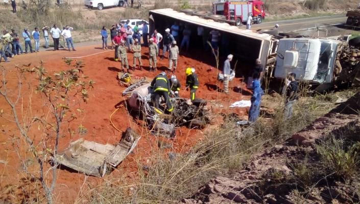 Motorista morre esmagado em acidente na Estrada da Guia; rodovia está interditada