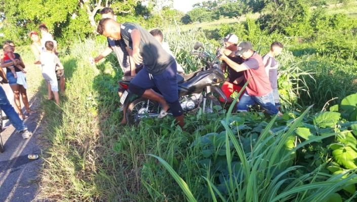 Mulher fica ferida após motocicleta cair em ribanceira na MT 241