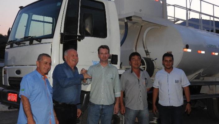 Industrias de calcário doam caminhão pipa para prefeitura de Nobres