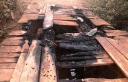 Vândalos ateiam fogo em ponte de madeira em Rosário Oeste